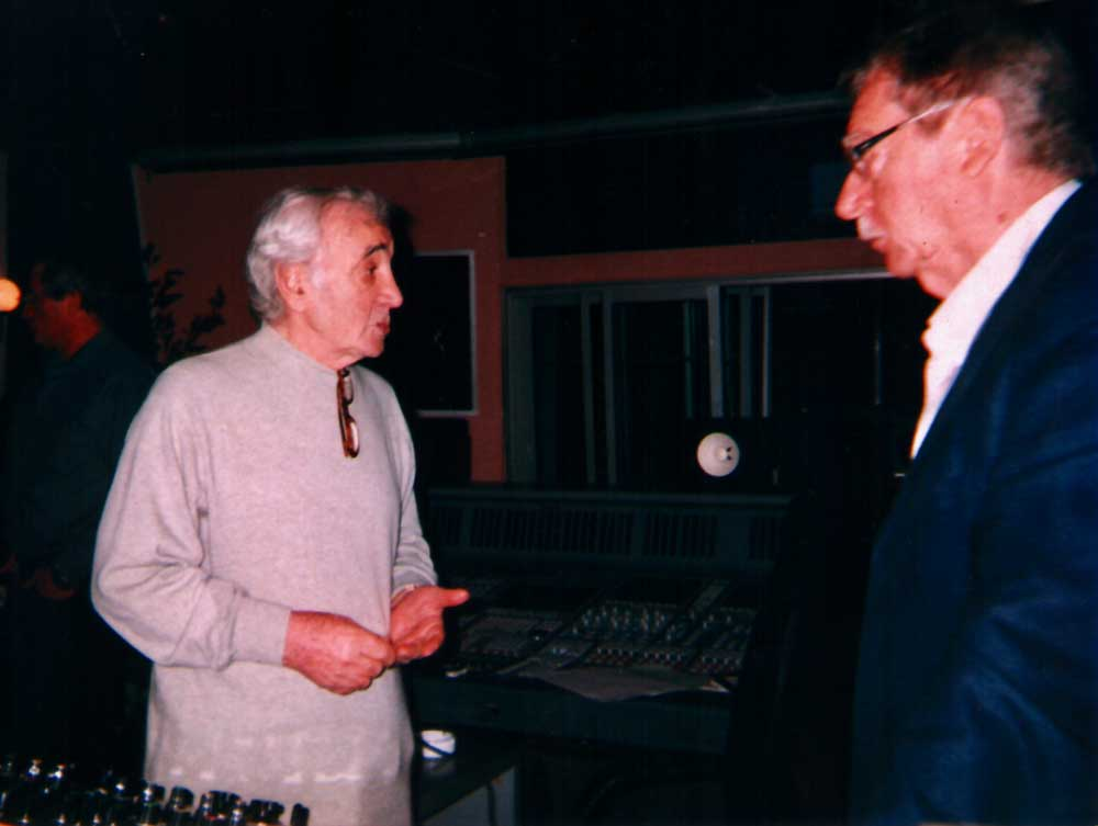 Session d'enregistrement avec Charles Aznavour, le grand pianiste cubain Tchou Tchou Valdès et l'Orchestre Parisien au Studio Guillaume Tell.  D.R.