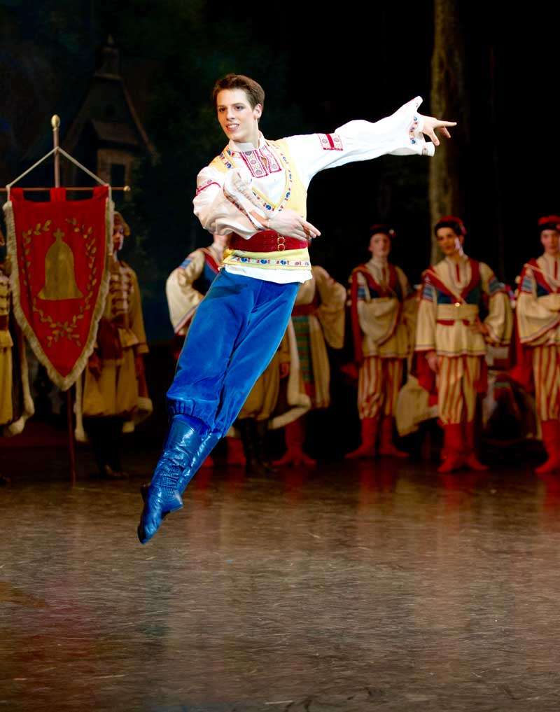 Germain Louvet interprète Frantz dans <i>Coppélia</i>.  © David Elofer/OnP