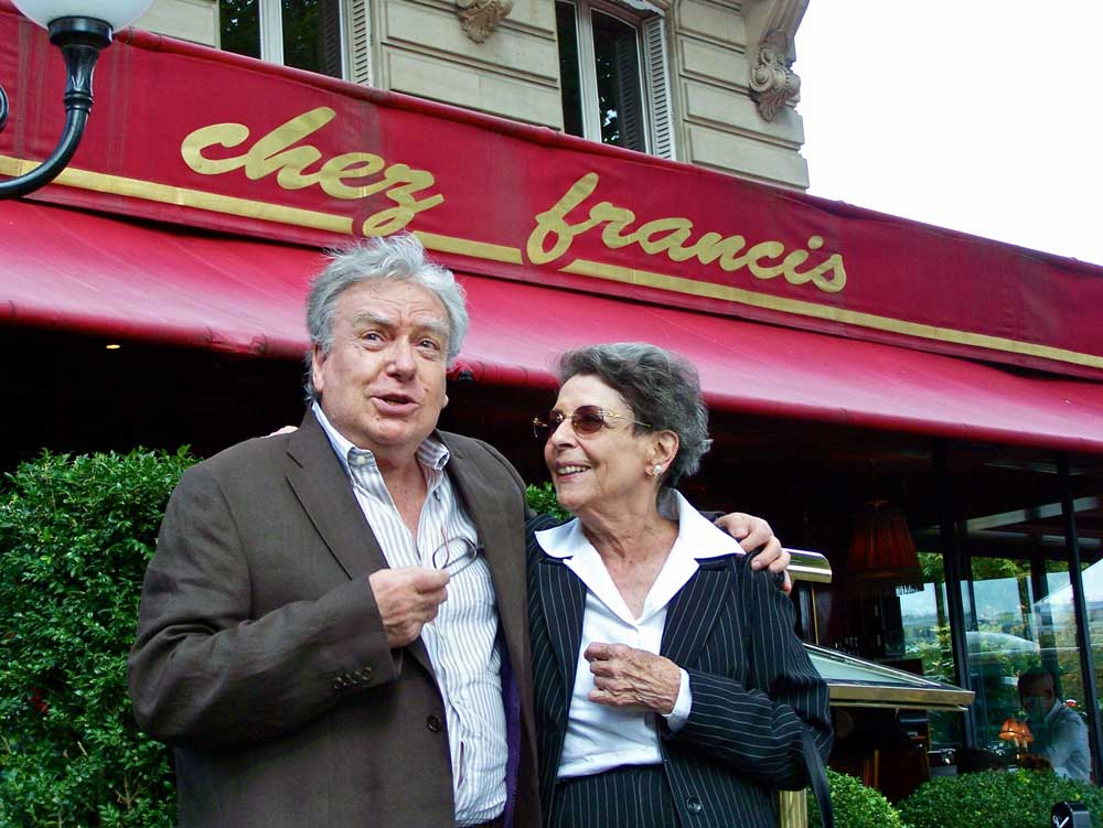 "Dominique Delouche et Denise Duval devant la brasserie parisienne ""Chez Francis"".  © Collection D. Delouche"
