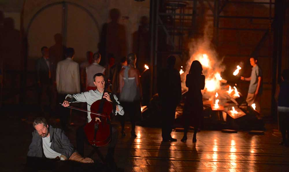 Alexis Descharmes et Andrew Foster-Williams (Don Quichotte) : <i>Entracte</i> du <i>Don Quichotte</i> de Massenet sur la scène du Grand Théâtre de Bordeaux.  © Frédéric Desmesure
