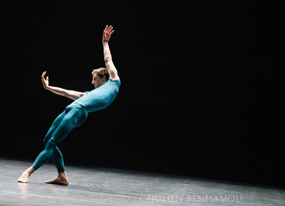 Vincent Chaillet dans le ballet <i>In the middle, somewhat elevated</i> de W. Forsythe.  © Julien Benhamou