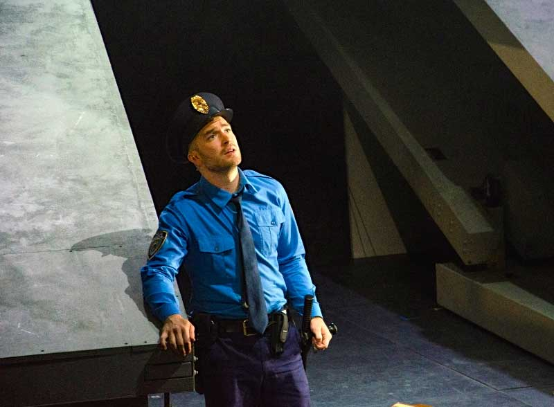 John Brancy dans <i>I was looking at the ceiling</i> au Théâtre du Châtelet en 2013. © Marie-Noëlle Robert