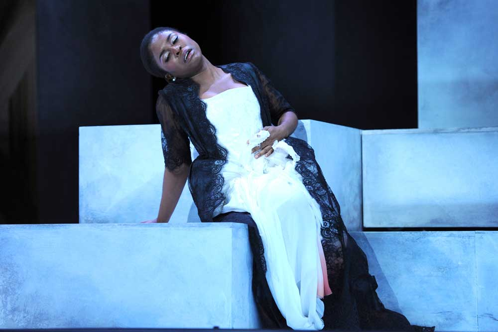 Omo Bello (Donna Anna) dans <i>Don Giovanni</i> à l'Opéra de Tours en 2013.  Photo François Berthon