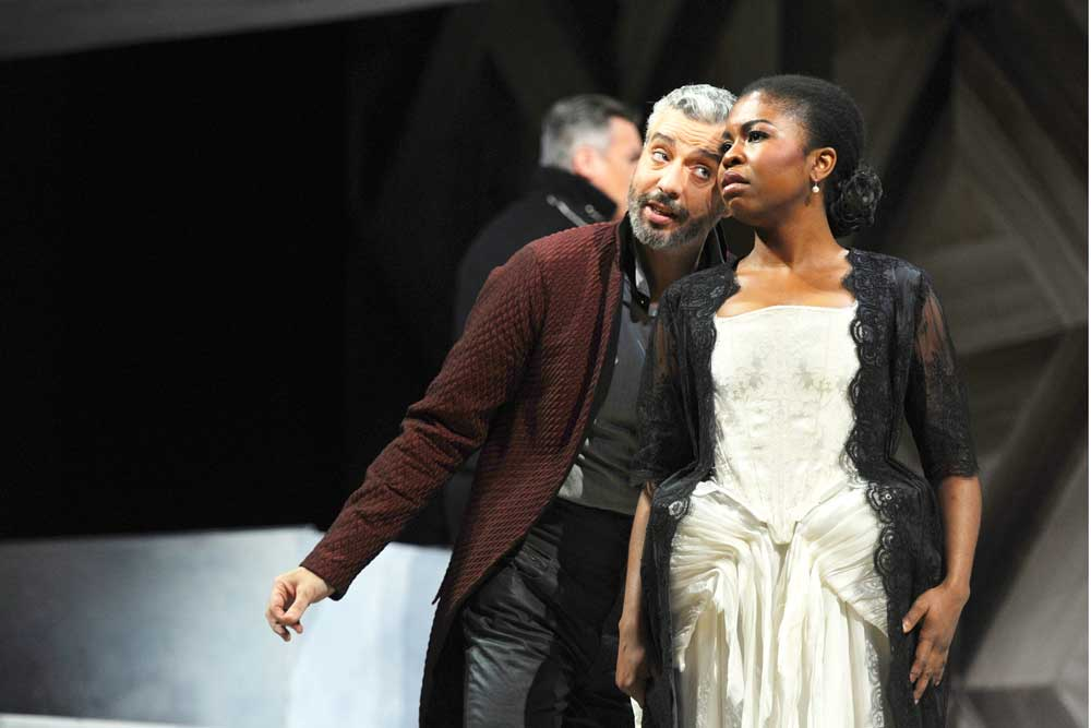 Omo Bello interprète le rôle de Donna Anna dans <i>Don Giovanni</i> au côté de Tassis Christoyannis à Tours en octobre 2013.  Photo François Berthon