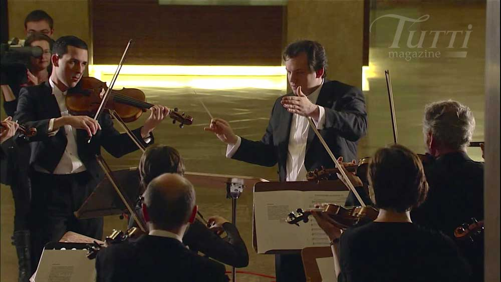 Andris Nelsons dirige <i>The Unanswered Question</i> de Charles Ives à Munich en 2010.