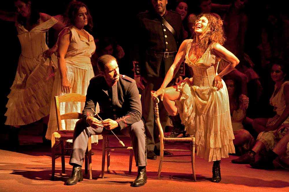 Anna Caterina Antonacci (Carmen) et Andrew Richards (Don José).  © Photo Pierre Grosbois