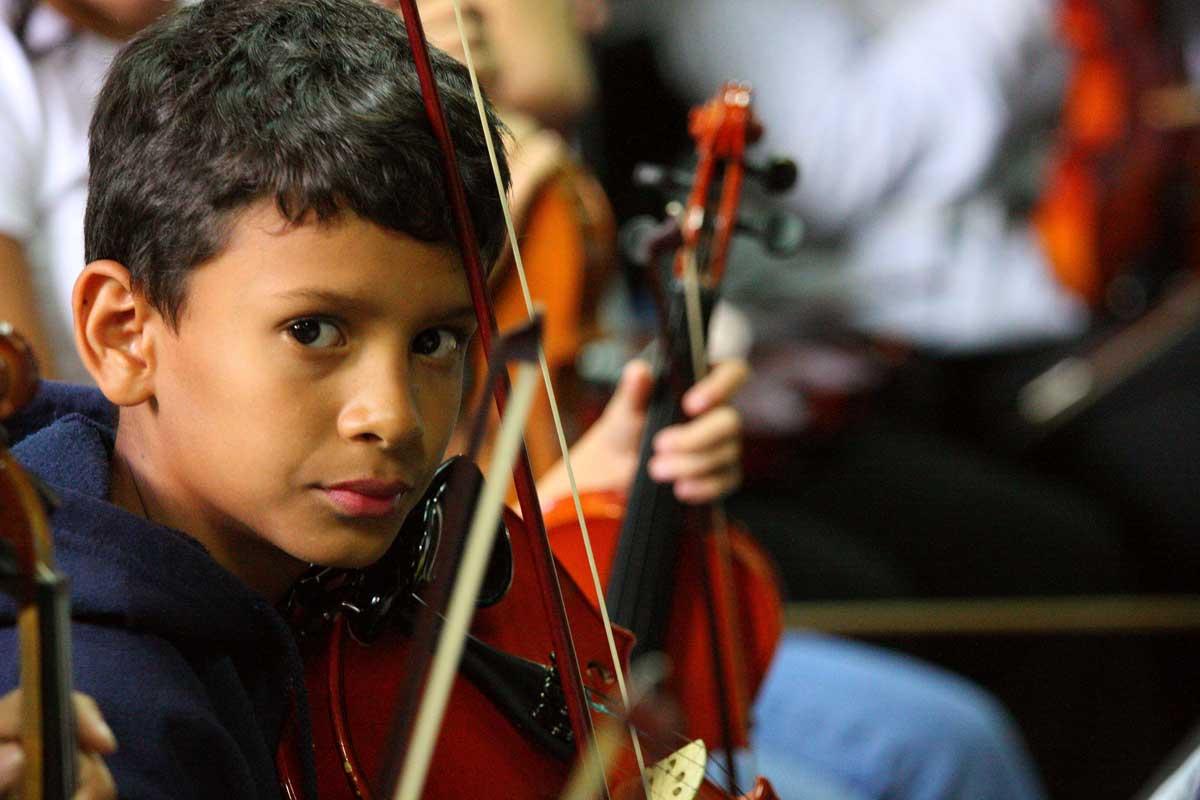 Ce jeune violoniste est l'un des nombreux enfants filmés avec sensibilité par les réalisateurs du documentaire <i>El Sistema</i>.