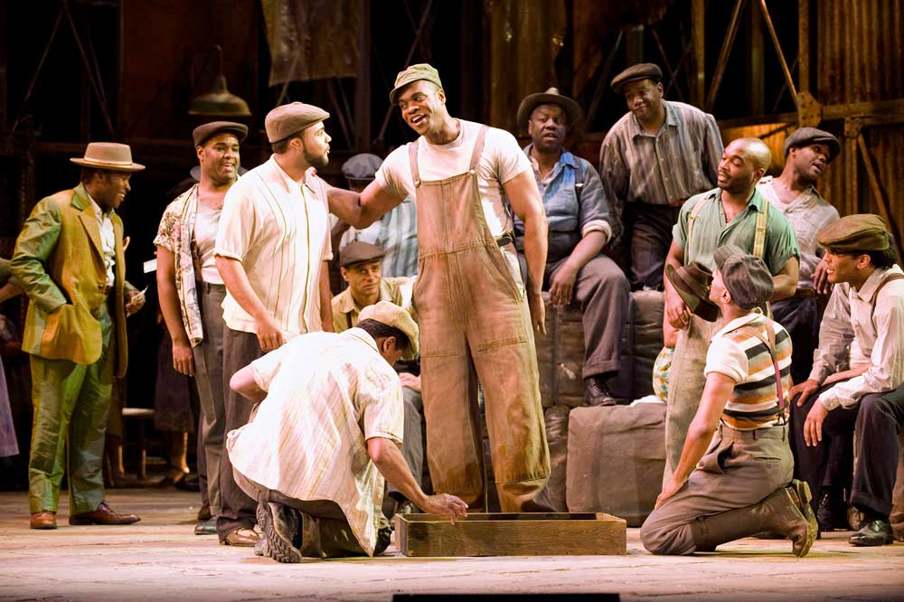 Eric Greene interprète le rôle de Jake dans <i>Porgy and Bess</i>.  © Terrence McCarthy/San Francisco Opera