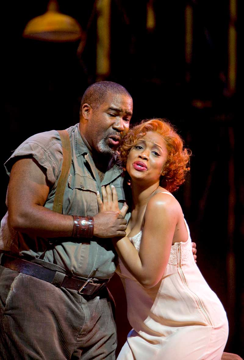 Eric Owens (Porgy) et Laquita Mitchell (Bess) dans <i>Porgy and Bess</i> à l'Opéra de San Francisco.  © Terrence McCarthy