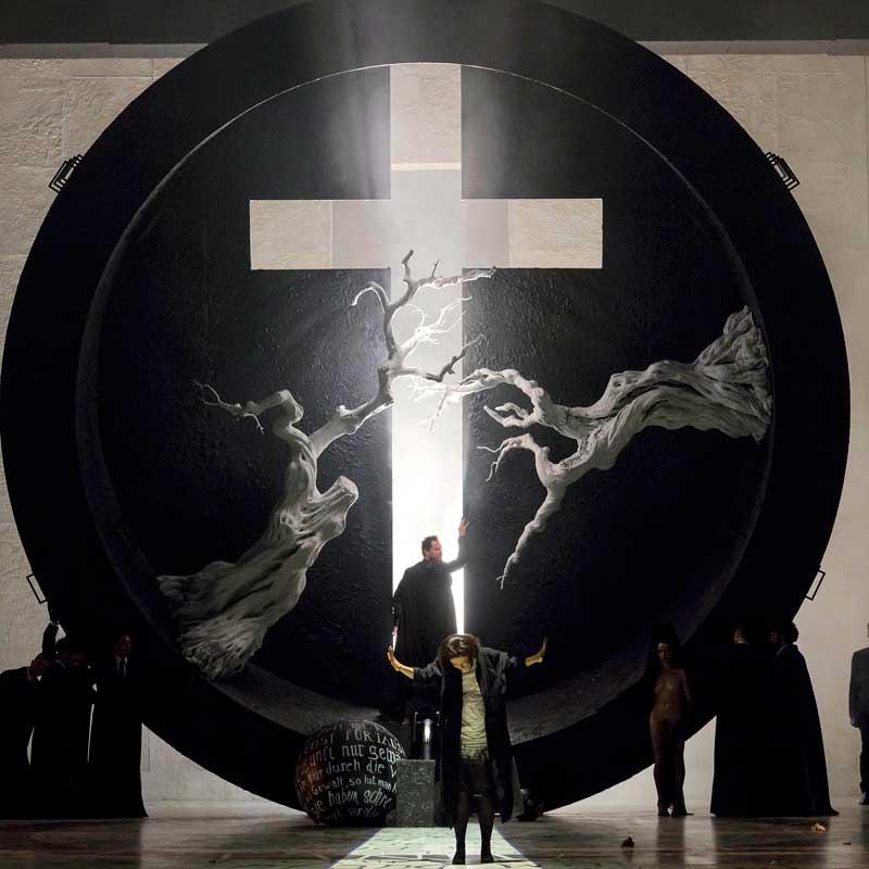 <i>Faust</i>, Scène de l'église, avec Ildar Abdrazakov (Méphistophélès) et Irina Lungu (Marguerite). © Ramella & Giannese/Teatro Regio Torino