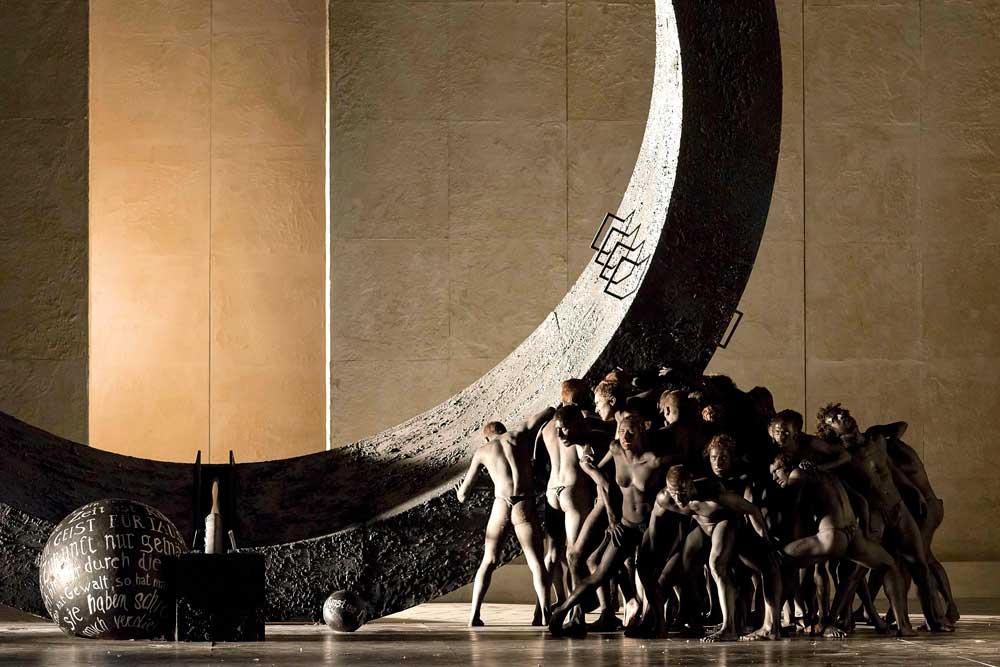 <i>Faust</i> de Gounod mis en scène par Stefano Poda à Turin en 2015. © Stefano Poda