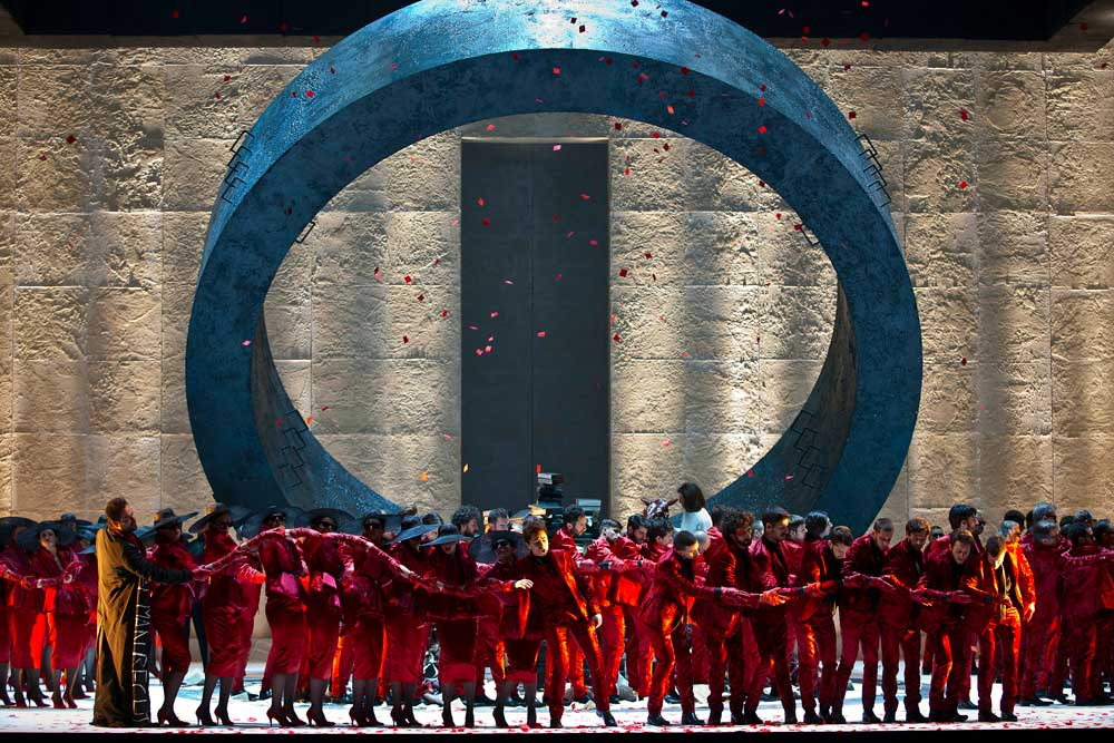 Chœurs du Teatro Regio de Turin dans <i>Faust</i> mis en scène par Stefano Poda. © Ramella & Giannese/Teatro Regio Torino