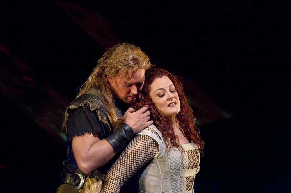 Jay Hunter Morris (Siegfried) et Deborah Voigt (Brünnhilde).  Photo : Ken Howard/Metropolitan Opera