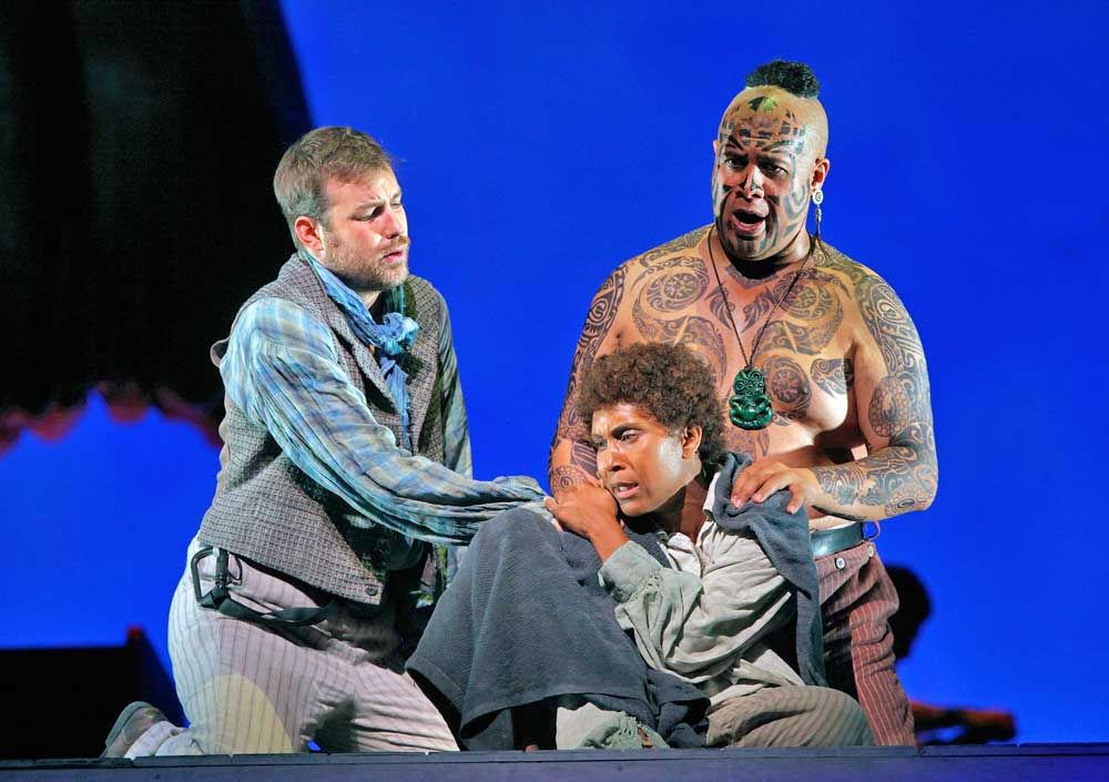 Stephen Costello (Greenhorn), Talise Trevigne (Pip) et Jonathan Lemalu (Queequeg) dans <i>Moby Dick</i>.  © Cory Weaver