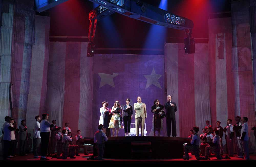 Scène de <i>The Perfect American</i> sur la scène du Teatro Real de Madrid.  © Javier del Real