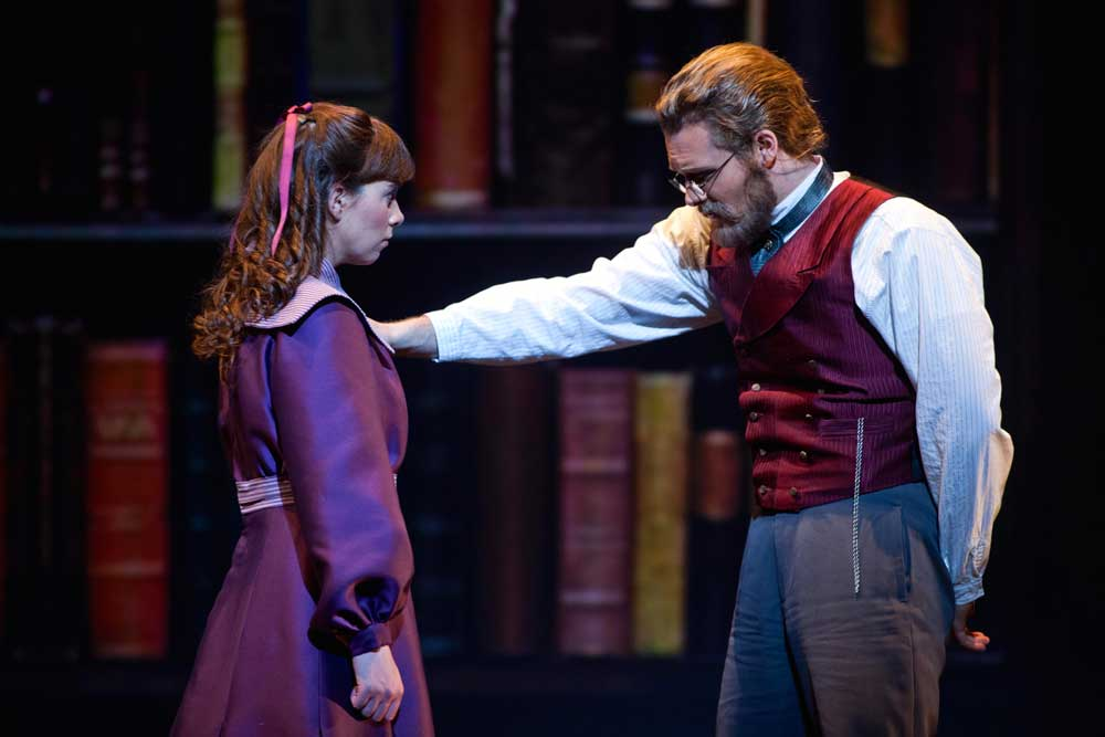 Sarah Shafer (Mary Lennox) et Philippe Sly (Archibald Craven) dans <i>The Secret Garden</i> de Nolan Glasser en mars 2013.  © Peter DaSilva/San Francisco Opera/Cal Performances