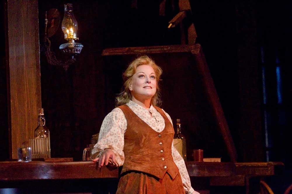 Deborah Voigt (Minnie) dans <i>La Fanciulla del West</i> en 2011 au Met.  Photo Ken Howard/Metropolitan Opera