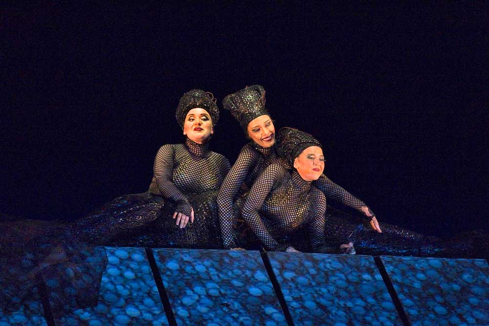 Jennifer Johnson, Tamara Mumford et Lisette Oropesa (Les Filles du Rhin) dans <i>L'Or du Rhin</i>.  Photo : Ken Howard/Metropolitan Opera